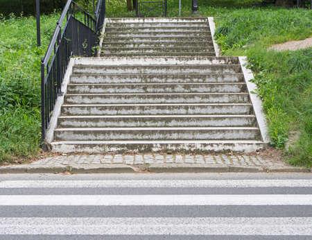 paso peatonal: Paso de peatones delante de las escaleras Foto de archivo