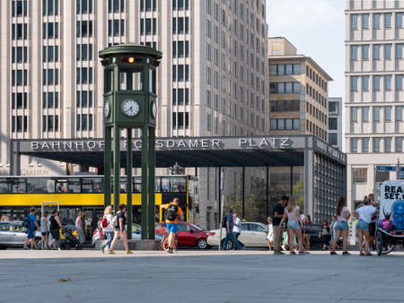 BERLIN, GERMANY - AUGUST 4, 2018: People And Traffic At The Clock At Famous Potsdamer Platz In Berlin In Summer Banque d'images - 117151075