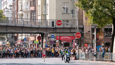 BERLIN, GERMANY - SEPTEMBER 16, 2018: The Crowd And Japanese Long Distance Runner Shogo Nakamura At Berlin Marathon 2018 In Berlin, Germany Banque d'images - 117151636