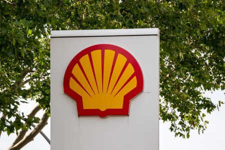 BERLIN, GERMANY - JUNE 9, 2020: Shell Logo In Front of A Tree In Summer Редакционное