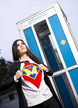 cabina telefonica: S�per Mam� sale de la cabina telef�nica para combatir el miedo Foto de archivo
