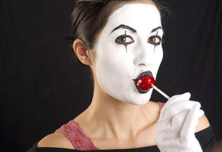 m�mica: Un mimo mujer goza de un lech�n