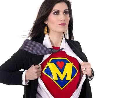 super human: Una mujer muestra su uniforme de la Madre de Super debajo de su ropa de calle