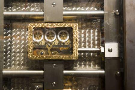 door bolt: Una foto de el interior de la puerta de caja fuerte