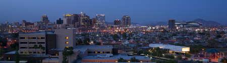 f�nix: Phoenix Arizona Skyline por la noche Foto de archivo