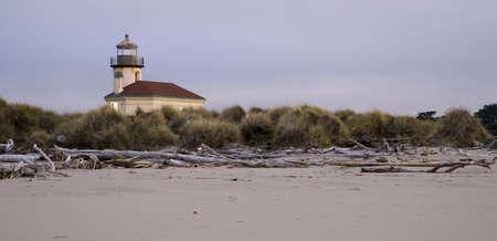 coquille: Driftwood Beach con la bassa marea davanti Coquille River Lighthouse in Oregon Archivio Fotografico