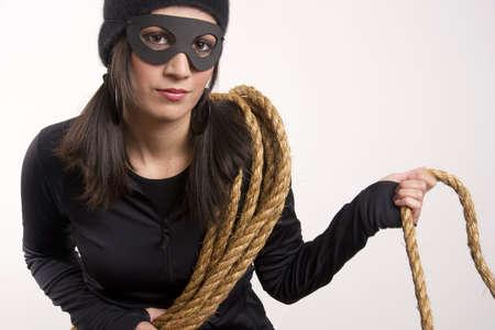 도둑 위층 항목을 얻기 위해 로프를 사용 후 집 근처에 숨어 스톡 콘텐츠