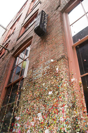 Gum viaja hasta la pared en Maket Teatro Post Alley Seattle WA