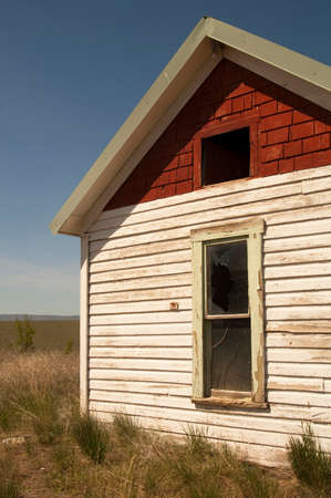 An abandoned farm house uses up valuable farm land Stock Photo - 22280419