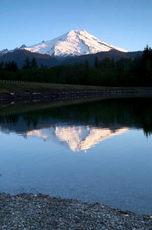 mount baker: Mount Baker is reflected in the lake of the same name