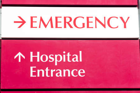 La entrada de emergencia del Hospital Local Urgente Building Care Health photo