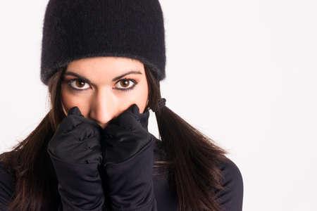 여자는 범죄의 밤을 위해 옷을 입고