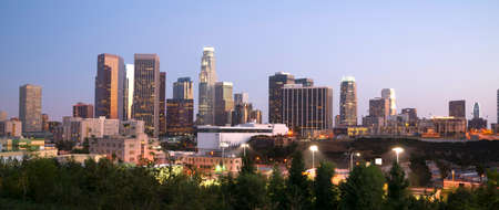 夕暮れ時にダウンタウン ロサンゼルスのスカイライン