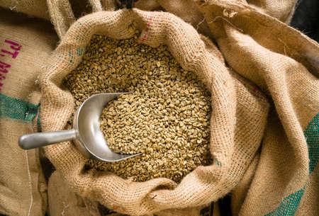 granos de cafe: Gran saco de granos de café a la espera de ser asado en el café tostado almacén Foto de archivo