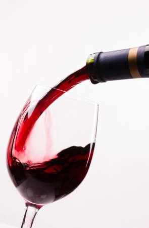 茎のガラスの液体の回復アルコールにワインを注ぐ