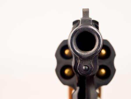 クローズ バレル鼻であしらう鼻リボルバー兵器銃を指すアップ