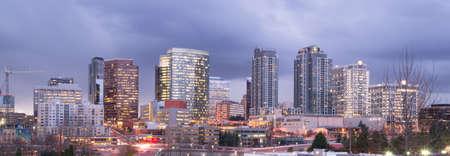 Una chiara visione panoramica di Bellevue, WA con una tempesta che passa al crepuscolo