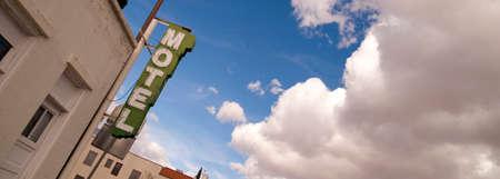 hospedaje: Neon Motel signo claro del cielo azul de nubes blancas Billowing