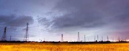 energia electrica: Los rayos caen detr�s de las l�neas dise�adas para llevarlo en el sur de Texas