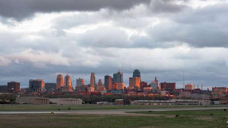 ダウンタウン カンザス ・ シティ夕日に一瞬のためにライトのまれなビュー