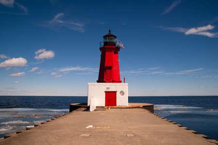 lake michigan lighthouse: El Lighhouse no stands necesario en un hermoso d�a en el Lago Michigan Foto de archivo
