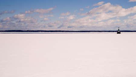 lake michigan lighthouse: Composici�n horizontal de gran lago estados unidos del norte congeladas Foto de archivo