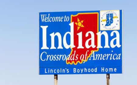 acogida: Muestra azul contra el cielo azul le da la bienvenida a Indiana