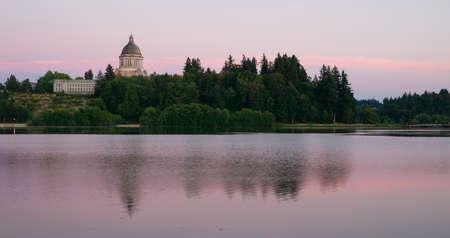 Government Building Capital Lake Olympia Washington Sunset Dusk Foto de archivo