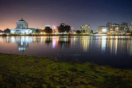 Smooth water of Lake Merritt in front of Oakland 스톡 콘텐츠