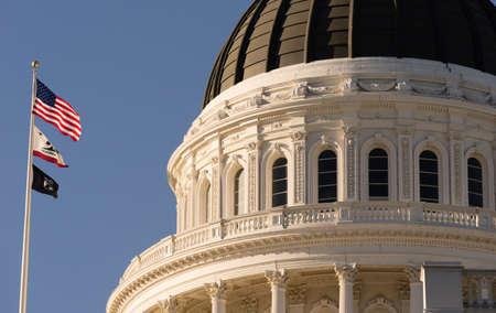 Las banderas vuelan en frente del edificio de capital de Sacramento