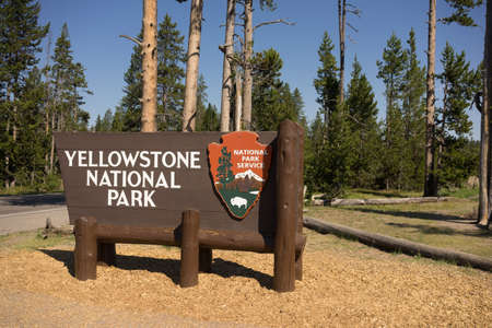 welcom: Sign marking the boundary of Yellowstone National Park