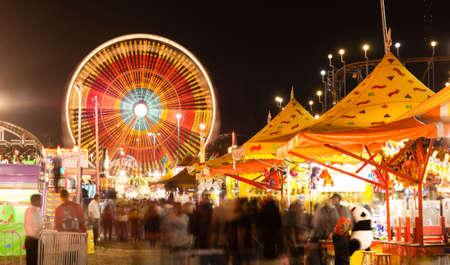W połowie drogi jest oświetlony w nocy z ruchem występującym w tej długiej ekspozycji na targach państwowych Zdjęcie Seryjne