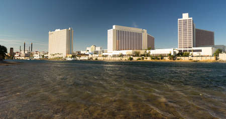 Just across the river from Arizona lies the gamlbling town of Laughlin Banco de Imagens - 80594434
