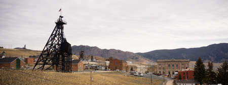 Structures and hills that make up part of Butte, Montana 版權商用圖片