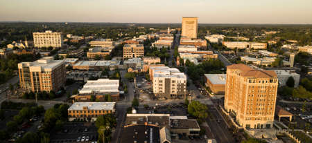 Late afternoon light hits the buildings of downtown Spartanburg North Carolina 免版税图像 - 104859441