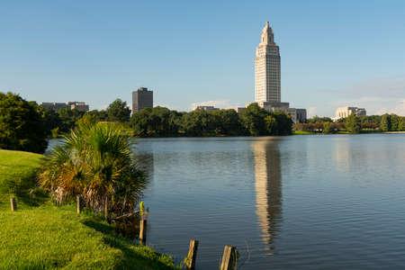 Una composición horizontal del área alrededor del Capitolio en el edificio de la capital del estado Baton Rouge, Louisiana