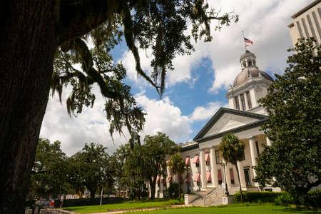 Barreras de seguridad protegen el edificio de la capital del estado en Tallahassee, Florida Editorial