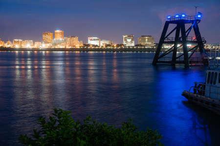 Cae la noche cuando las luces del edificio comienzan a brillar Baton Rouge Louisiana y el río Mississippi