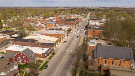 Het verkeer beweegt zich door het centrum op Main Street in Indiana in North Rochester Stockfoto