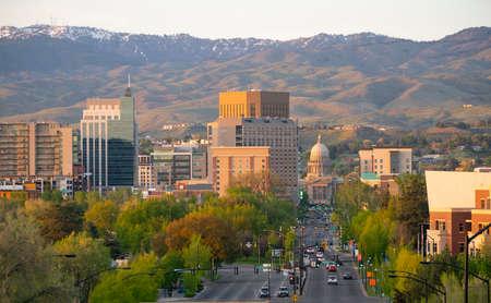 Centrum van Boise Idaho, omlijst door Schafer Butte