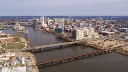 Aerial View Of the Cedar River Running thru a Cedar Rapids in Iowa 版權商用圖片 - 126958318