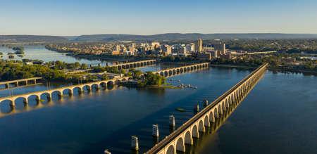La luz de la mañana golpea los edificios y puentes en el centro de la ciudad en la capital del estado de Pensilvania en Harrisburg Foto de archivo