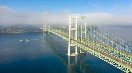 Er zijn twee bruggen nodig om het verkeer vanuit Gig Harbor over de Puget Sound naar Tacoma te brengen Stockfoto