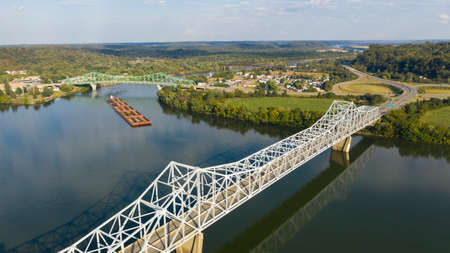 Ein Flussschlepper schiebt den Inhalt des Lastkahns den Ohio River südlich von Henderson West Virginia hinunter Standard-Bild
