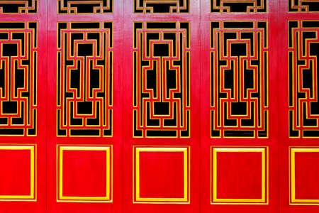 puertas de madera: Una línea de Asian Themed puertas de color rojo y oro de fondo adecuado para con copyspace. Foto de archivo