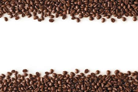 sorbo: rayas de los granos de caf� aisladas en el fondo blanco, con el copyspace. Foto de archivo