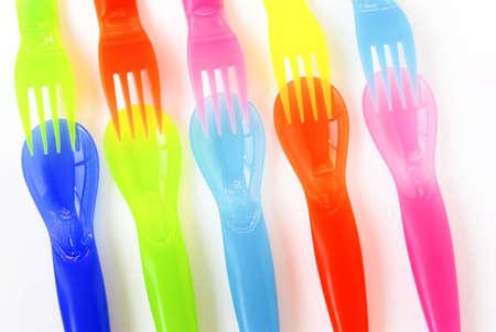 baby cutlery: Colorido pl�stico cucharas, tenedores y cuchillos, adecuados a los ni�os de las comidas.