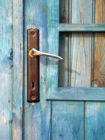 old macro: Detalle de una puerta manejar en una vieja caba�a de playa.