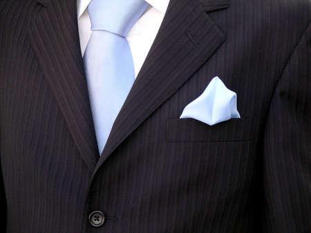 elegante: Du marié torse avec cravate bleu, bleu et noir mouchoir de même.