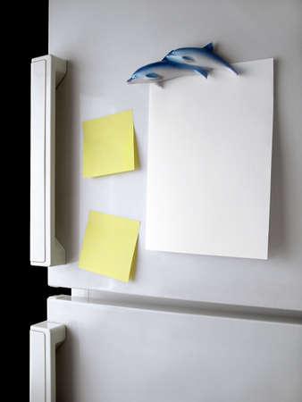 frigo: Papier vierge et de post-it sur la porte de r�frig�rateur.